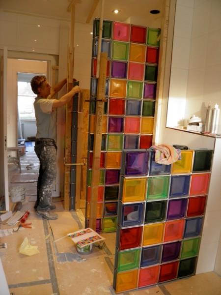 Kleurige badkamer met glasblokken in Amstelveen   Tegelzetter Jan Pronk